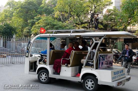 『電気自動車に揺られて大教会参り』 K-5Ⅱs FA31mmF1.8 [ F11 1/125 ISO800]