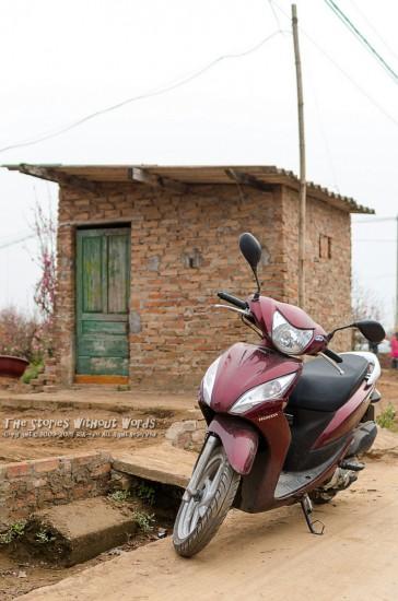 『小屋とバイク』 K-5Ⅱs FA31mmF1.8 [ F2.8 1/2000 ISO280]