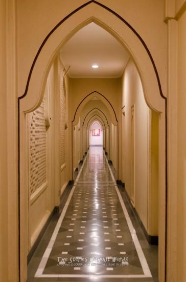『長い廊下』 31 mm-1-30 秒 (f - 2.8)