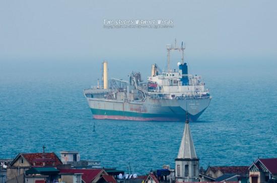 『遠くの船』 K-5IIs[500 mm 1-500 秒 (f - 8.0) ISO 160]