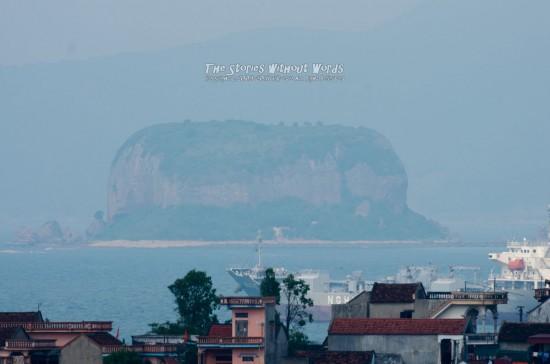 『遠くの島』 K-5IIs[500 mm 1-750 秒 (f - 8.0) ISO 160]