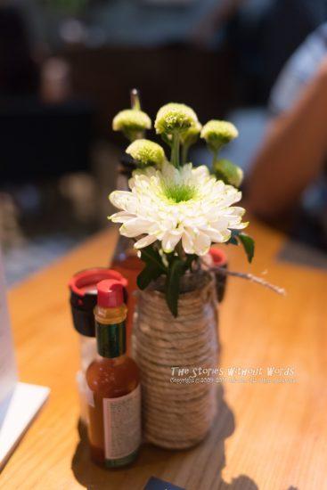『花を添える』 [31 mm 1-90 秒 (f - 2.4) ISO 3200]